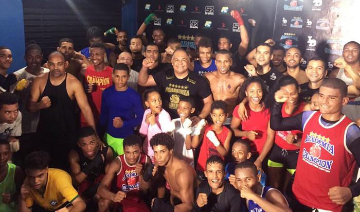 No centro da imagem, com a mão direita levantada, o técnico baiano Luiz Dórea. À sua esquerda, o boxeador Robson Conceição. (Crédito: Arquivo pessoal)