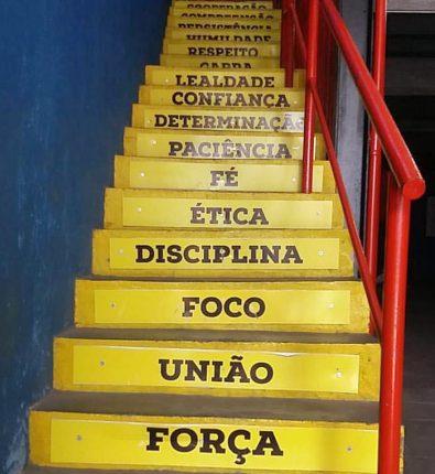 A escadaria da Academia Champions, onde funciona o projeto Campeões da Vida. (Crédito: Arquivo pessoal).