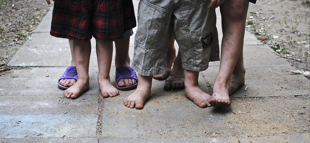 Crianças sem teto com os pés descalços