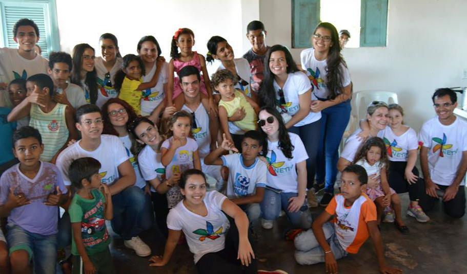 Imagem mostra alunos de Dureuti da UFRN e crianças que participam do projeto
