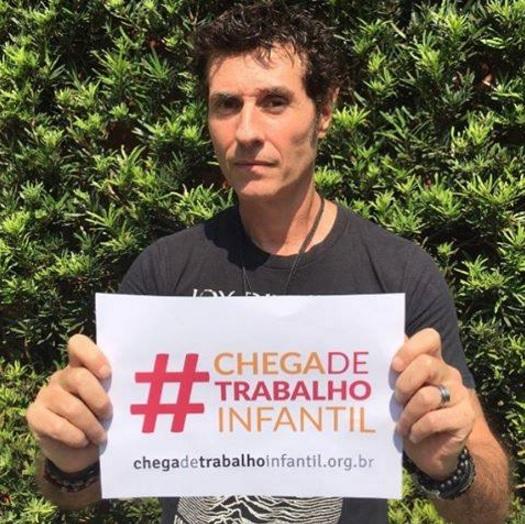 Dinho Ouro Preto, vocalista da banda Capital Inicial, dá seu recado