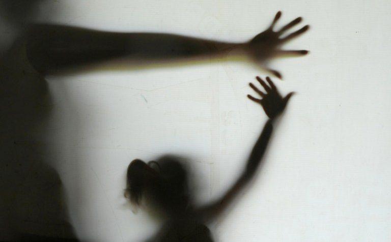 Imagem mostra duas a sombra de duas pessoas, sugerindo ser uma delas um adulto e a outra uma criança