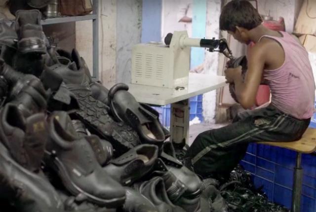 Garoto trabalha na produção de sapatos