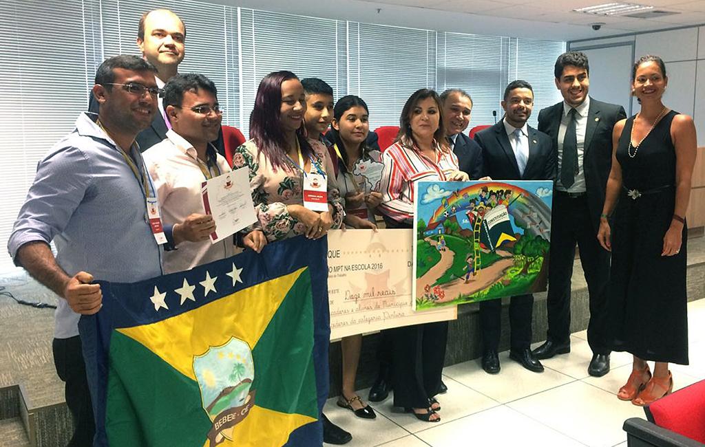 Alunos vencedores da categoria pintura do prêmio MPT na Escola mostram suas obras a autoridades em Brasília