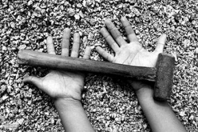 martelo sobre mão ilustra trabalho escravo