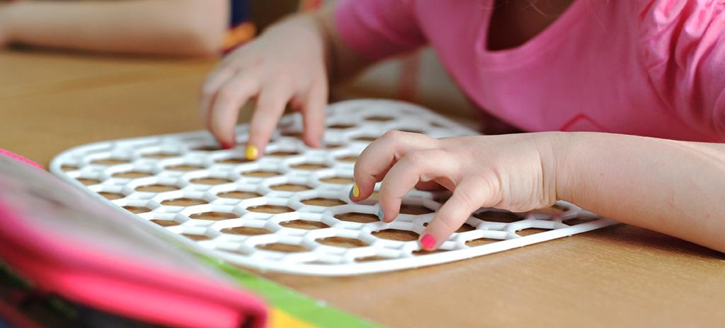 Criança brinca com jogo educativo