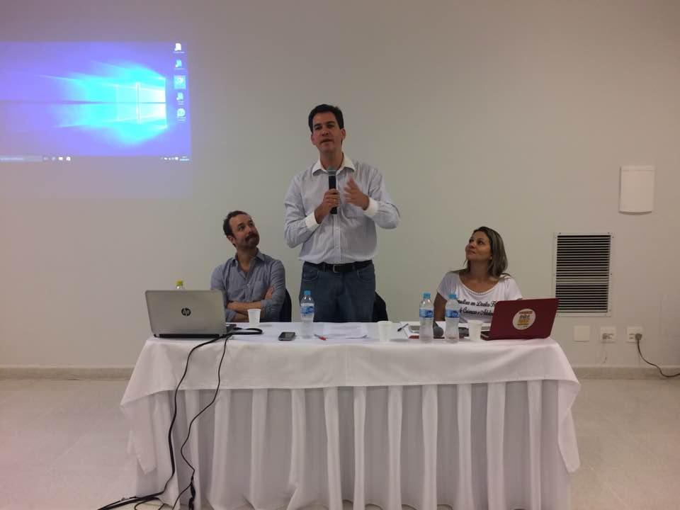 Ariel de Castro Alves (em pé) e GulIherme Perisse (à esq.), no debate sobre prioridade absoluta. Crédito: Bruna Ribeiro