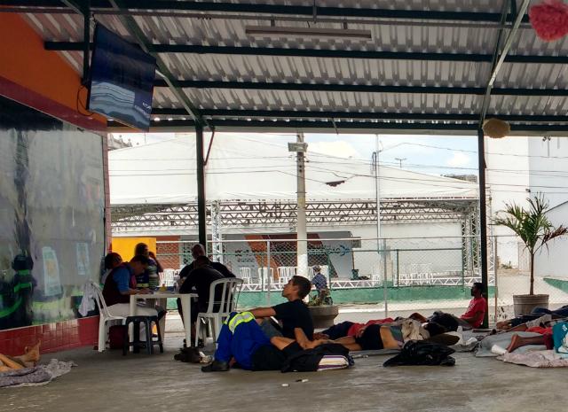 Adolescente assiste TV em tenda de apoio da prefeitura. Crédito: Rede Peteca