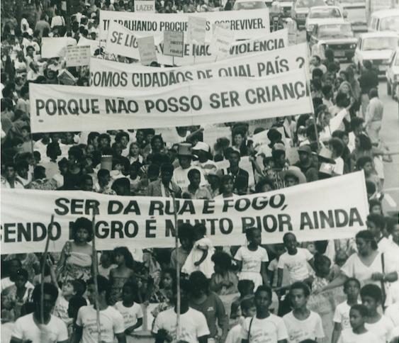 Passeata do Movimento Meninos e Meninas de Rua, em 1987 (Crédito: Reprodução/Oficina de Imagens)
