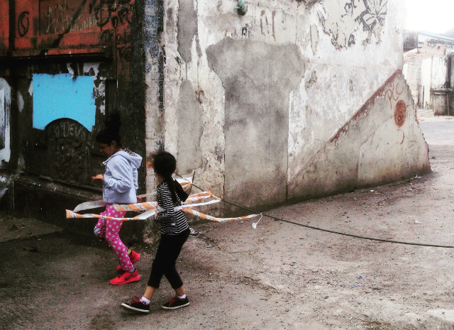 Crianças brincam na Rua Helvétia, vazia após dispersão de usuários. Crédito: Marcello Vitorino