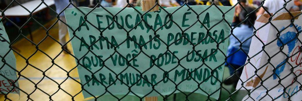 Frase de Nelson Mandela ilustra cartaz em manifestação. Crédito: Tânia Rego/Agência Brasil