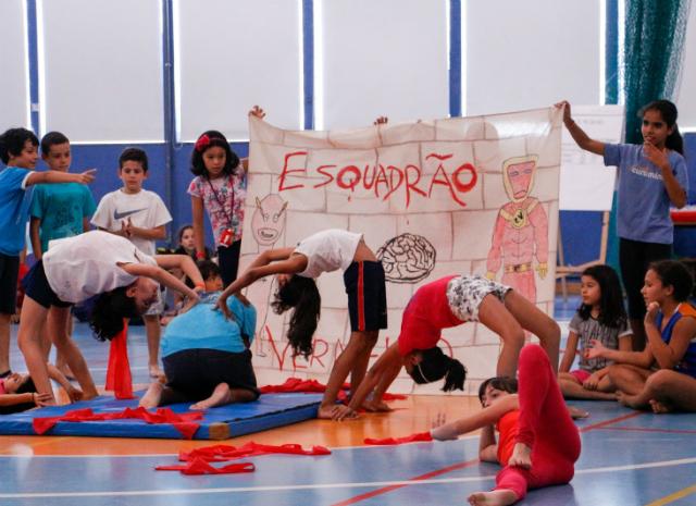 Crianças fazem atividade teatral no programa curumim
