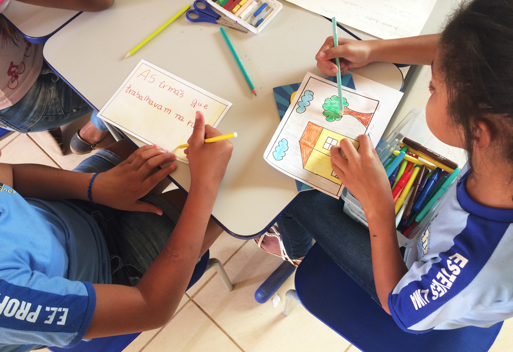 Crianças da Escola Leonor Esteves Lima, localizada no povoado de Palmeiras, em Setubinha (MG), recebem oficina de educomunicação e histórias em quadrinhos para o combate ao trabalho infantil. O material faz parte do Projeto Pedra, Papel e Tesoura, parceria do Canal Futura com a Cidade Escola Aprendiz.