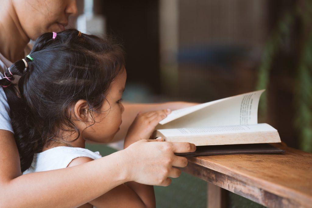 Christine Castilho, colunista da Rede Peteca, fala da importância da universalização das bibliotecas em escolas.