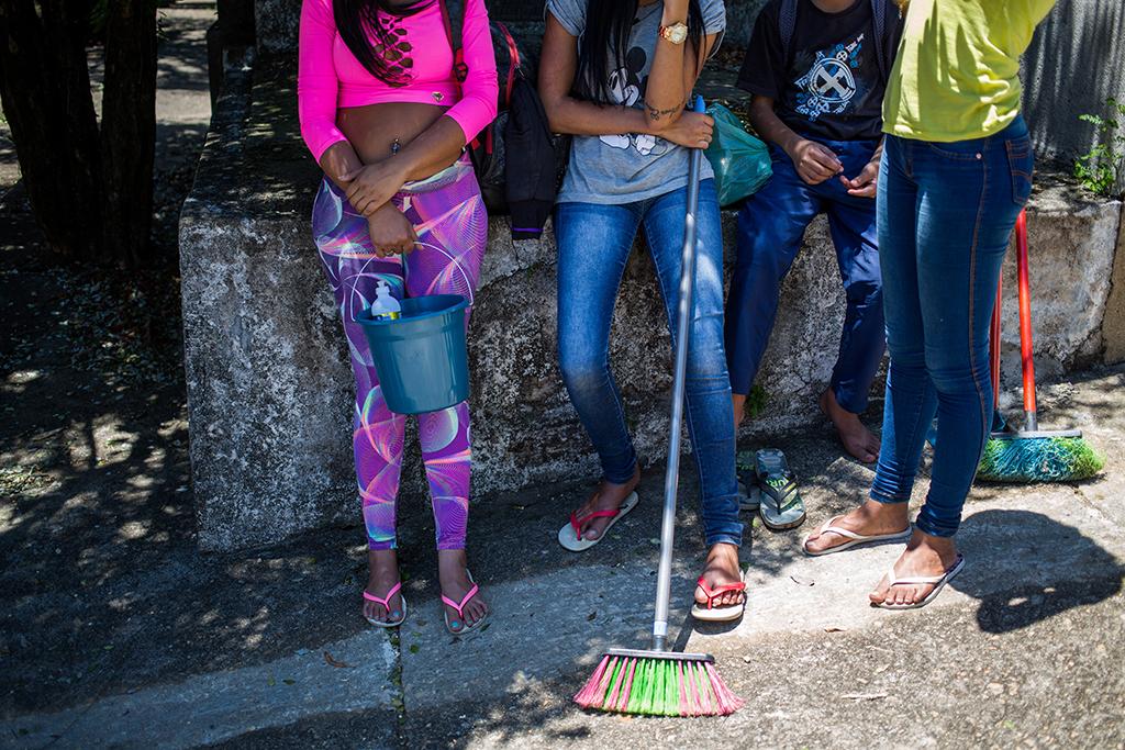 Trabalho infantil no cemitério do Araçá no Dia de Finados em São Paulo