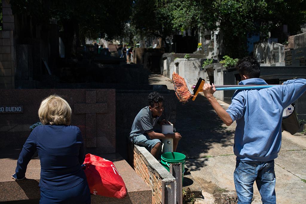 Trabalho infantil no cemitério no Dia de Finados