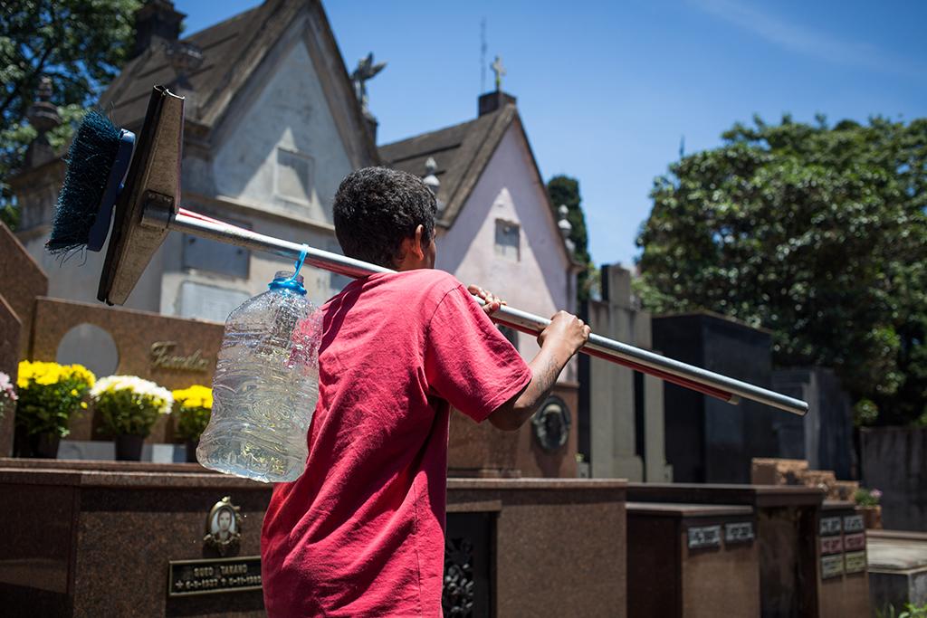 Trabalho infantil no cemitério do Araçá no Dia de Finados