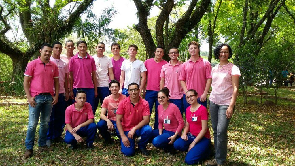 Turma de jovens aprendizes da Duratex, em Botucatu (SP). Crédito: Divulgação