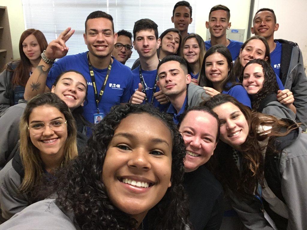 Turma de jovens aprendizes da Eaton (Valinhos, SP). Crédito: Divulgação