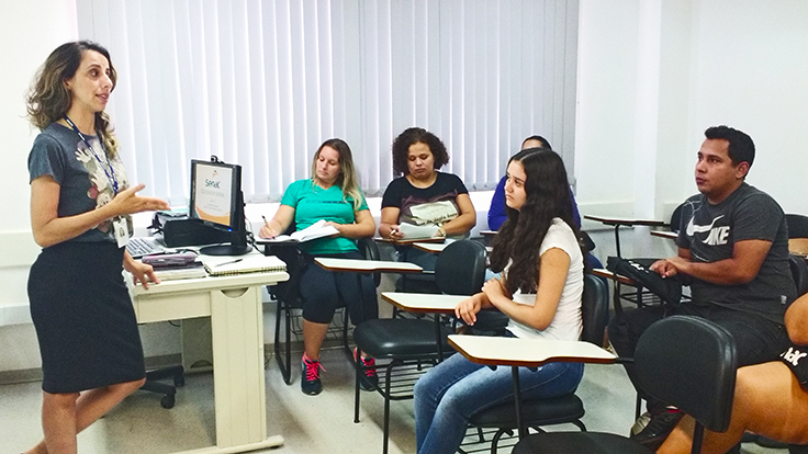 Lucivaine Galan Saraiva, docente do Senac Votuporanga, durante aula no curso Educador Social. (Crédito: Arquivo Pessoal)