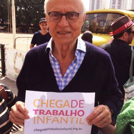 Eduardo suplicy segura cartaz com dizeres #chegadetrabalhoinfantil