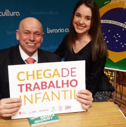 leandro karnal segura cartaz da Rede Peteca ao lado da jovem Anna Luiza Calixto, colaboradora da Rede Peteca