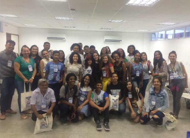 Participantes do simpósio tiram foto todos juntos de frente para a câmera