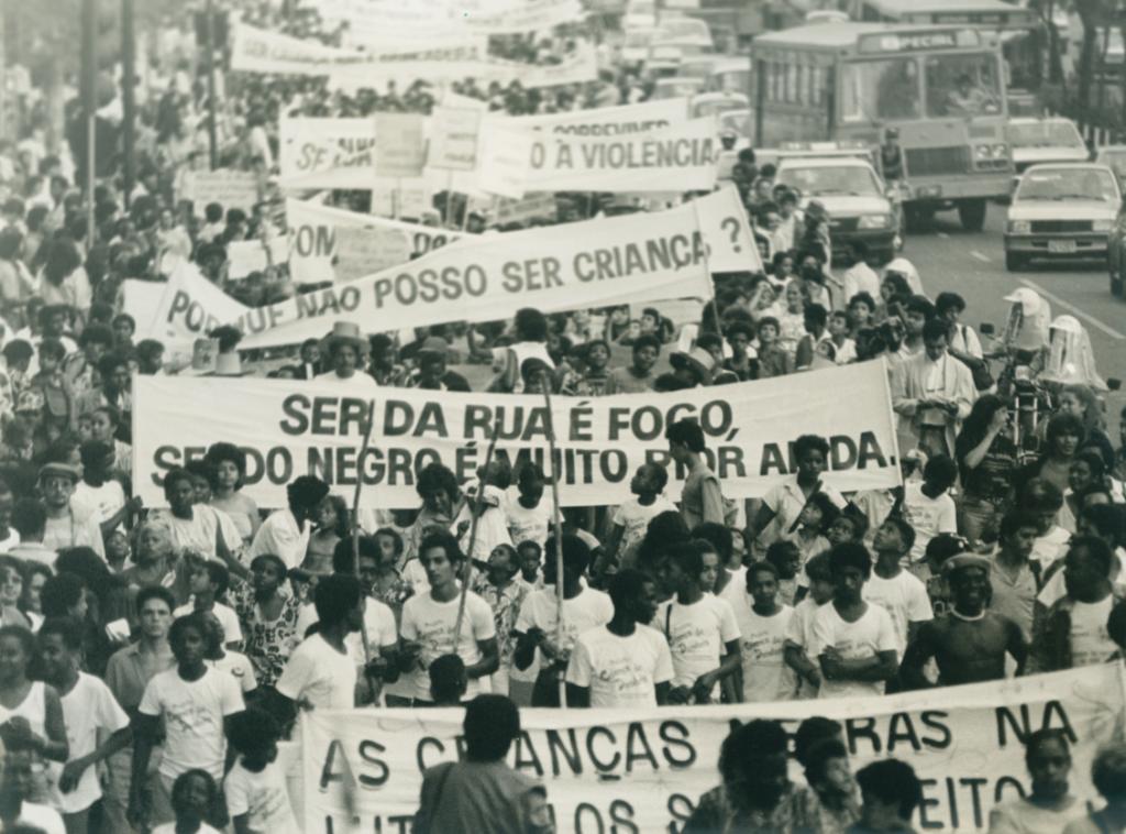 Manifestação pelos direitos da infância e da juventude nos anos 1980. Crédito: Oficina de Imagens/Reprodução