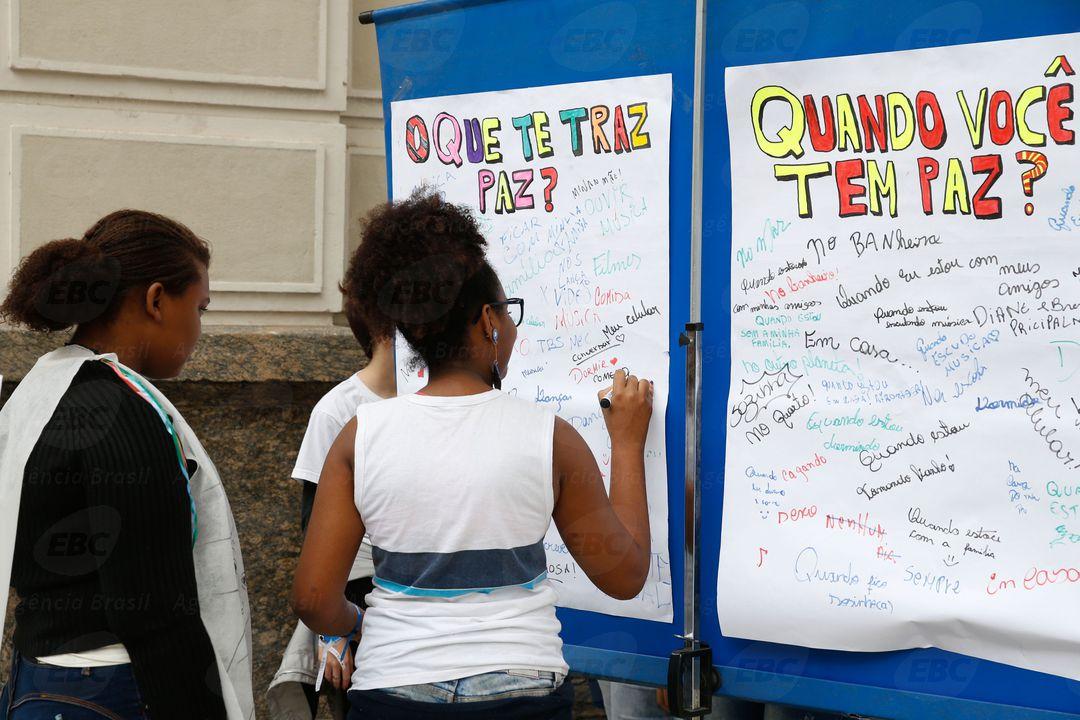 Rio de Janeiro - Professores e alunos da rede municipal de ensino participam de ato pela paz no Museu de Arte do Rio, na zona portuária da capital fluminense. (Foto: Tomaz Silva/Agência Brasil)