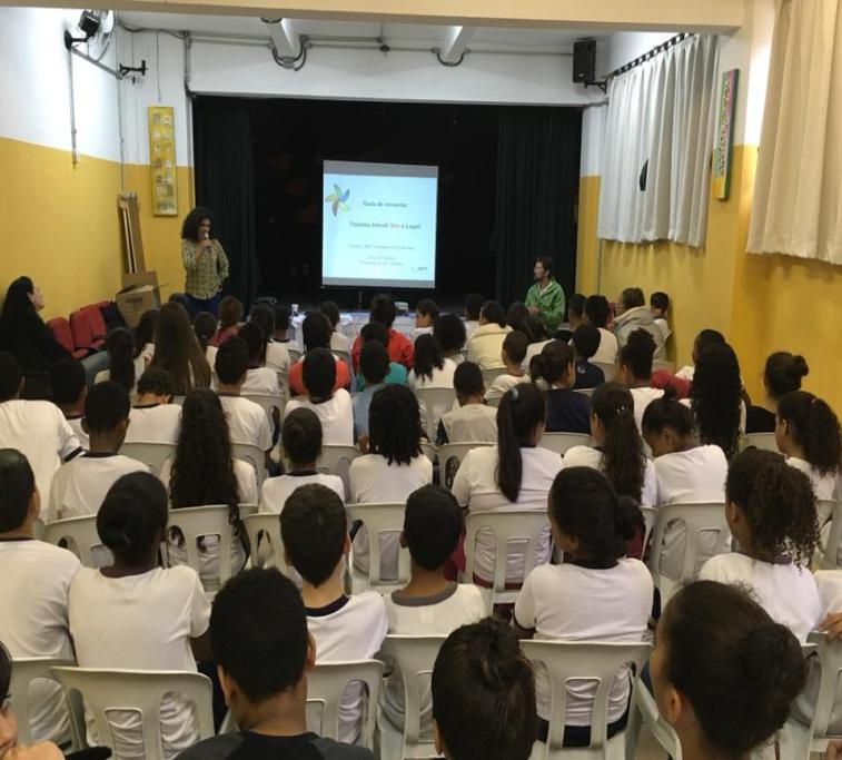 Procuradora Elisiane Santos realizou palestra ba EMEF Almirante Ary como uma das ações do projeto