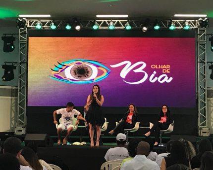 A jovem Beatriz Martins, apresentando o trabalho desenvolvido por sua ONG Olhar de Bia (Foto: Anna Luiza Calixto)
