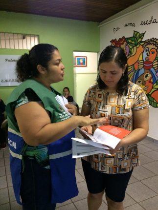 Orientadora Social distribui folders explicativos na Escola Municipal Infante Dom Henrique, no bairro do Pari